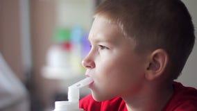 Niño con el nebulizador almacen de metraje de vídeo