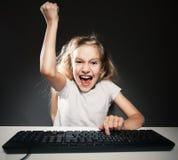 Niño con el ordenador Imágenes de archivo libres de regalías