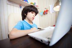 Niño con el ordenador, aprendizaje a distancia Imagen de archivo