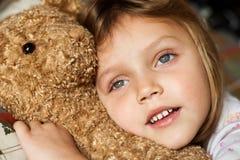 Niño con el oso de peluche Fotos de archivo