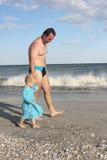 Niño con el padre en la playa Imagenes de archivo