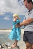 Niño con el padre en la playa Fotos de archivo
