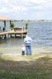 Niño con el padre en la vertical del lago foto de archivo