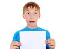 Niño con el papel en blanco Imagen de archivo