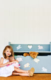 Niño con el pecho de juguete Fotografía de archivo