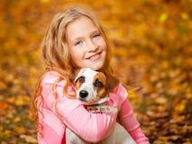 Niño con el perro en el otoño Imágenes de archivo libres de regalías