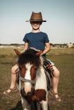 Niño con el potro foto de archivo libre de regalías