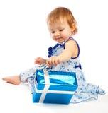 Niño con el presente fotografía de archivo libre de regalías