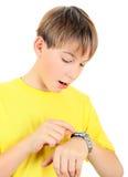 Niño con el reloj Fotos de archivo