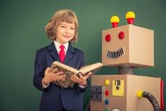 Niño con el robot del juguete en escuela Imagen de archivo libre de regalías