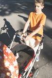 Niño con el smartphone que toma una imagen del bebé Imágenes de archivo libres de regalías