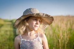 Niño con el sombrero en el campo Foto de archivo