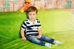 Niño con el teléfono Foto de archivo