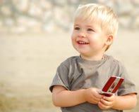 Niño con el teléfono celular fotografía de archivo libre de regalías