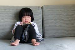 Niño con el teléfono elegante foto de archivo libre de regalías