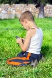 Niño con el teléfono móvil Imagenes de archivo