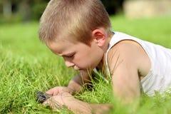 Niño con el teléfono móvil Foto de archivo libre de regalías