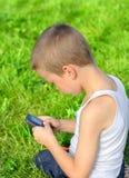 Niño con el teléfono móvil Fotos de archivo