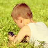 Niño con el teléfono móvil Fotografía de archivo libre de regalías