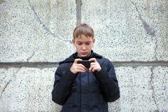 Niño con el teléfono móvil Fotos de archivo libres de regalías