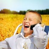Niño con el teléfono móvil al aire libre Fotografía de archivo