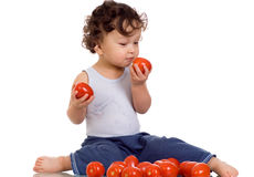 Niño con el tomate. Imagenes de archivo
