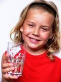 Niño con el vidrio de agua Foto de archivo