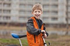 Niño con la bicicleta Imágenes de archivo libres de regalías
