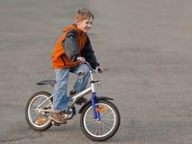 Niño con la bicicleta Fotografía de archivo libre de regalías