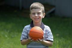 Niño con la bola imagen de archivo