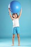 Niño con la bola gimnástica Fotos de archivo