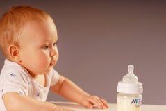 Niño con la botella foto de archivo