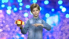 Niño con la caja de regalo en fondo festivo de la Navidad metrajes