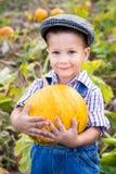 Niño con la calabaza en manos Fotos de archivo libres de regalías