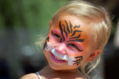 Niño con la cara pintada como tigre Foto de archivo libre de regalías