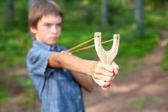 Niño con la catapulta Imagenes de archivo