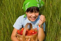Niño con la cesta de las bayas Foto de archivo