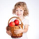 Niño con la cesta de manzanas Fotos de archivo