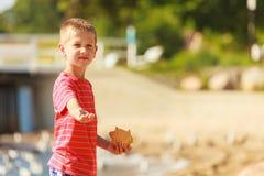 Niño con la comida dulce al aire libre fotos de archivo