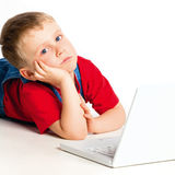 Niño con la computadora portátil Fotos de archivo