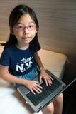 Niño con la computadora portátil Imagen de archivo libre de regalías