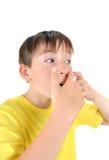 Niño con la espinilla Fotografía de archivo