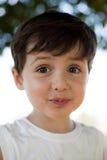 Niño con la expresión de la diversión fotos de archivo libres de regalías