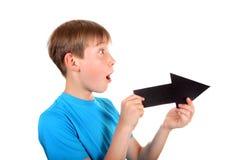 Niño con la flecha negra Fotos de archivo libres de regalías