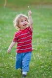 Niño con la flor blanca Imagenes de archivo