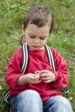 Niño con la flor de la margarita Imagen de archivo libre de regalías