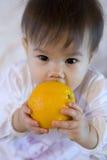 Niño con la fruta Imagenes de archivo