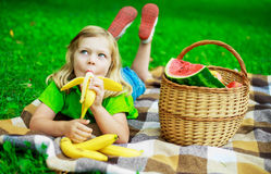 Niño con la fruta fotos de archivo