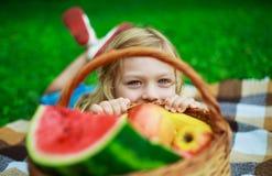 Niño con la fruta foto de archivo