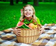 Niño con la fruta imágenes de archivo libres de regalías